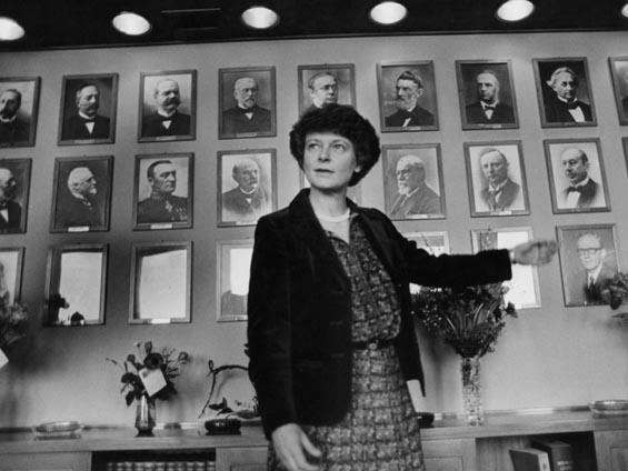 Gro Harlem Brundtland blir landets f¯rste kvinnelige statsminister.